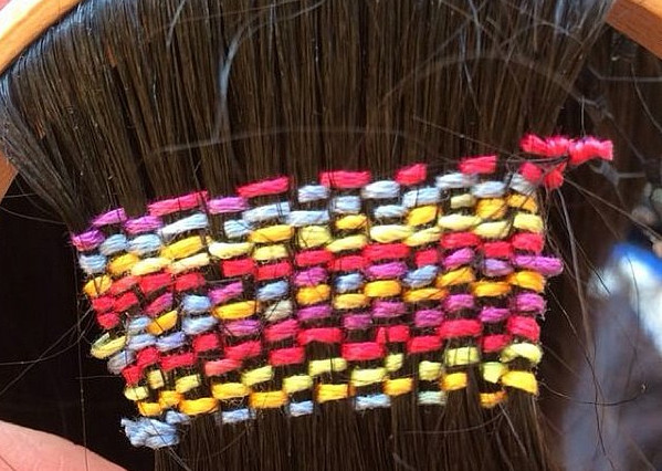 Kolorowe plecionki we włosach