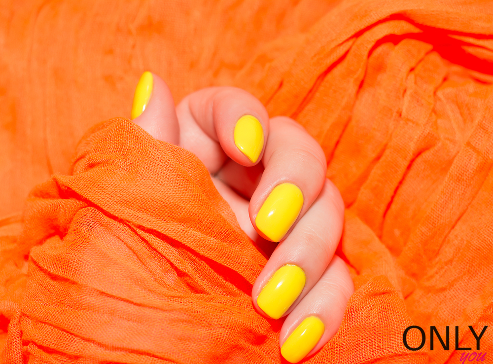 Wciąż są modne żółte lakiery do paznokci
