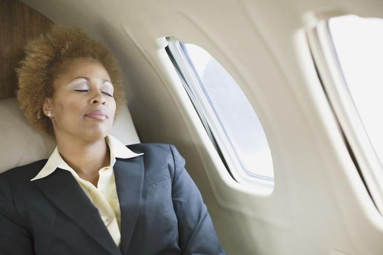 Spanie w samolocie może być niebezpieczne