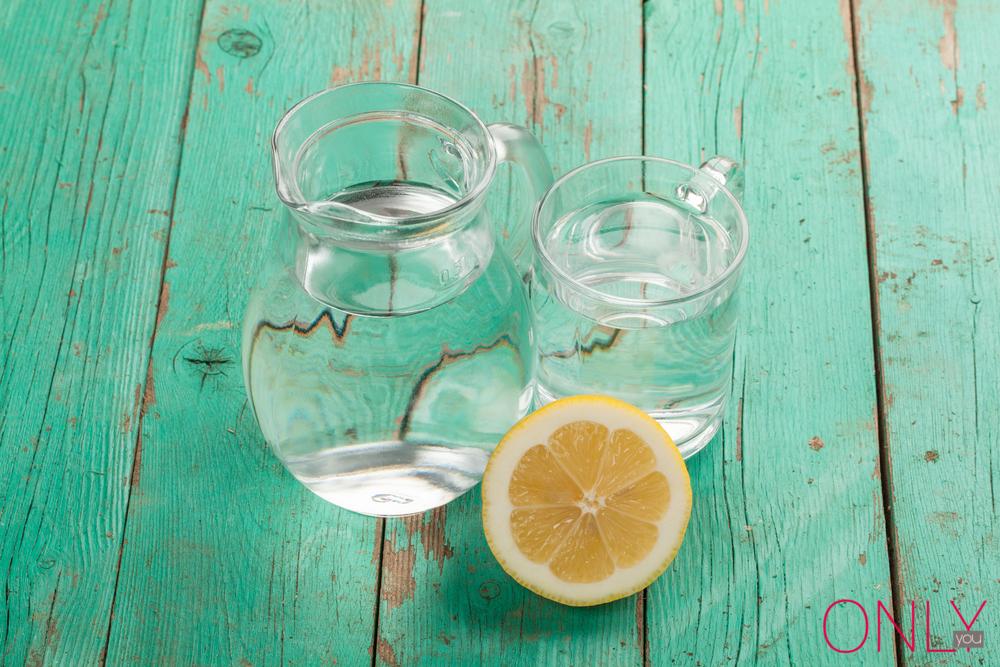 Pij wodę z cytryną