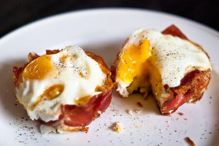 Idealne śniadanie paleo – jajka w foremkach z szynki