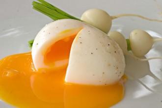 Jak ugotować idealne jajko na miękko i jak kulturalnie je zjeść
