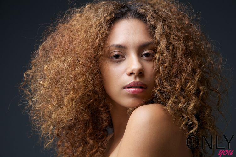 Jak zadbać o kręcone włosy?