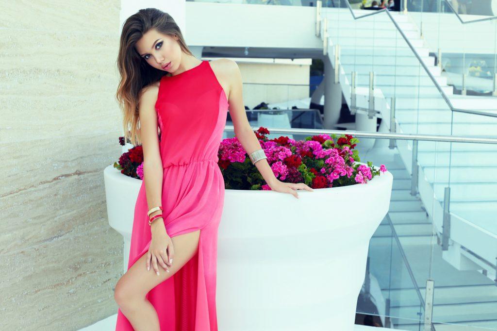 Sukienki w wersji maxi – niezbędny element wiosennej stylizacji