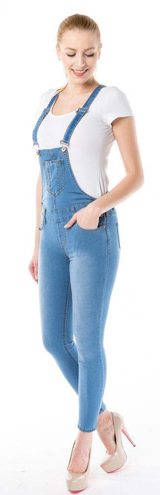 Ogrodniczki jeansowe za co je kochamy i jak je nosić