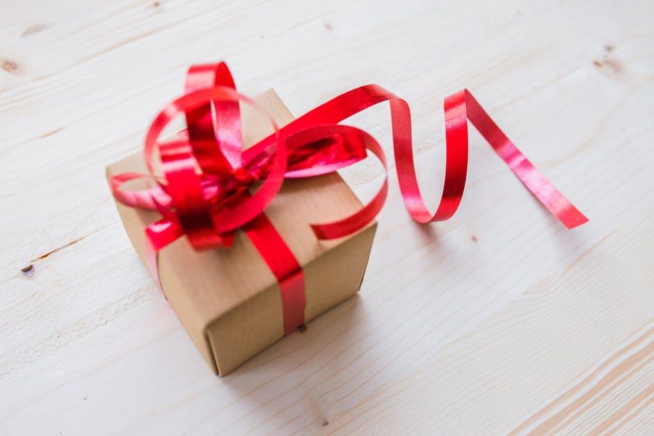 4 najłatwiejsze sposoby na efektowne zapakowanie upominku