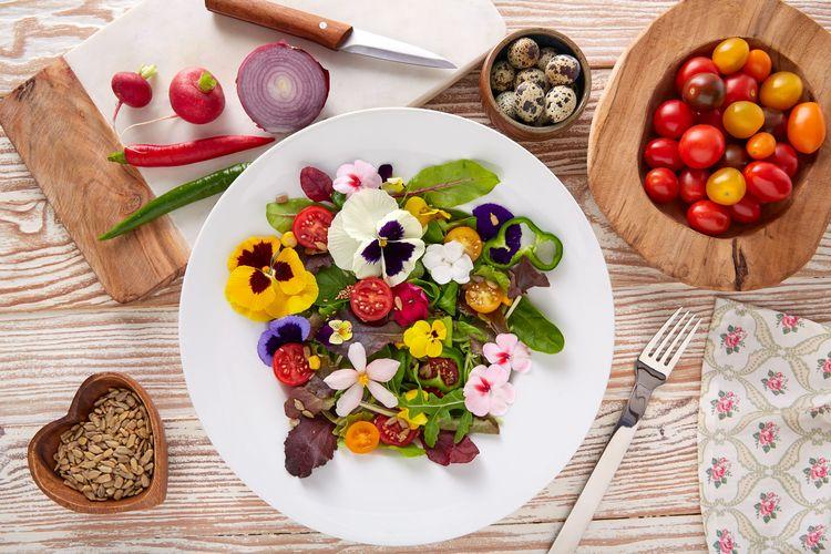 Kwitnąca wiosna na talerzu, czyli kwiaty w menu