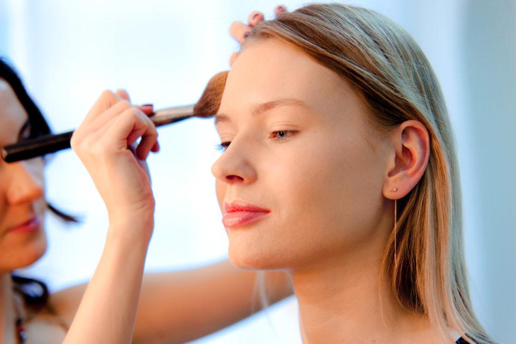Naturalny makijaż no-make-up – jakie kosmetyki wybrać?