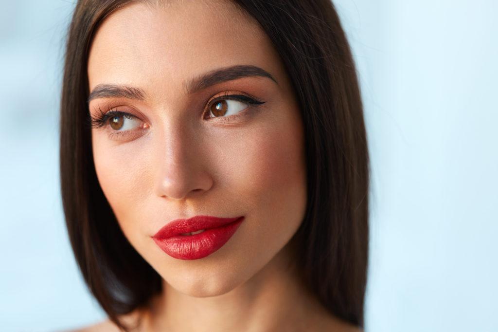 Romantyczny makijaż z akcentem na usta