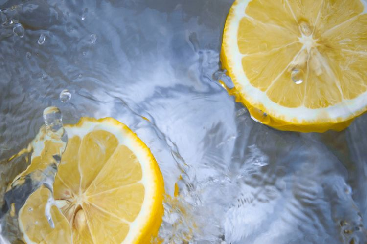 8 pytań o wodę z cytryną