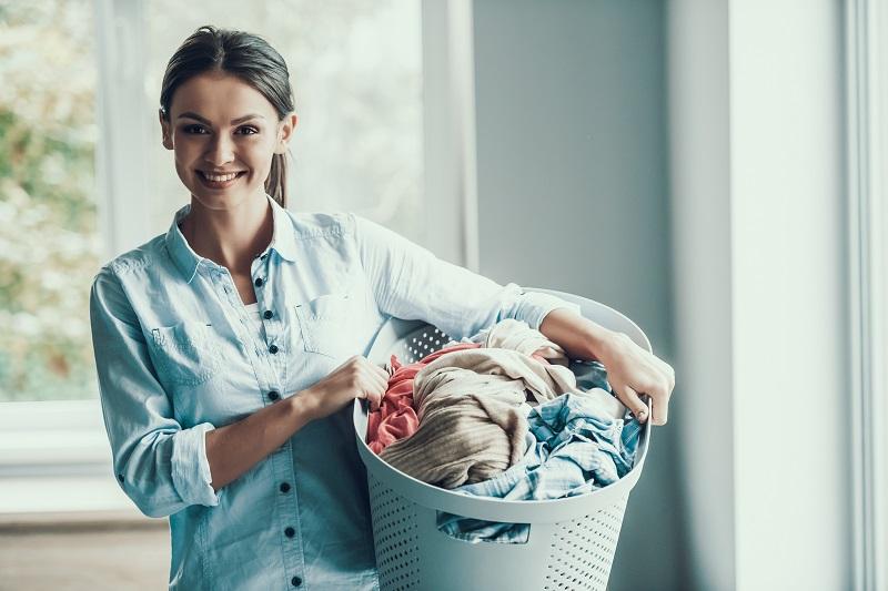 Kosz na pranie jako funkcjonalna ozdoba łazienki