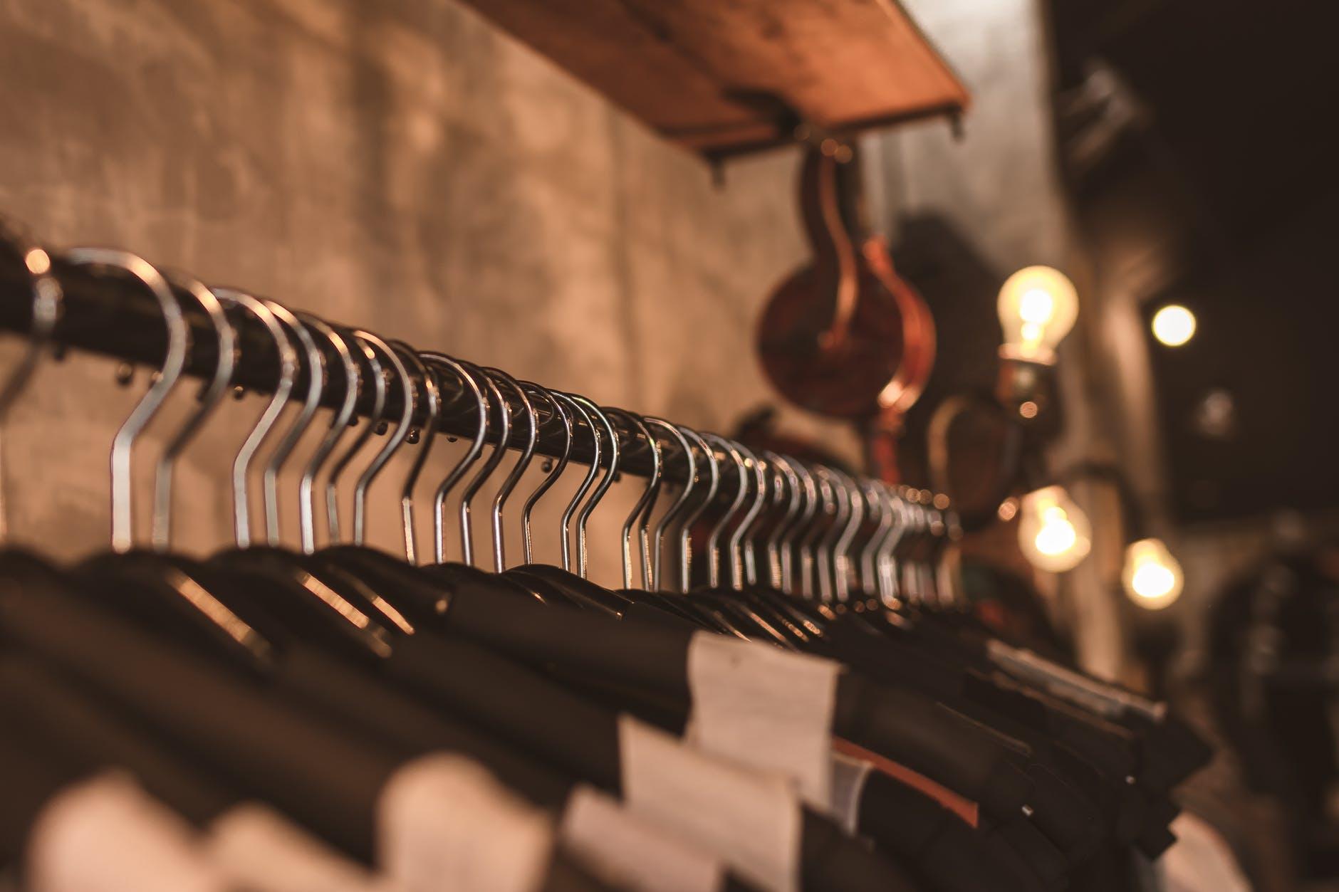 Influencerzy czyszczą szafy, by pomóc Australii