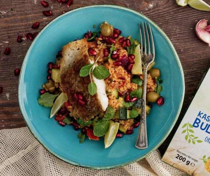 Sałatka z dorszem, warzywami i kaszą bulgur