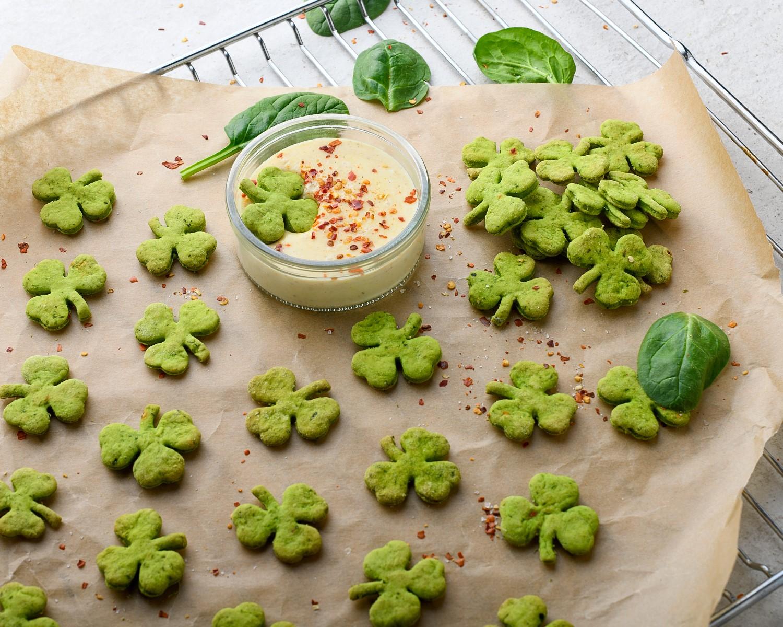Zielone krakersy z dipem serowym