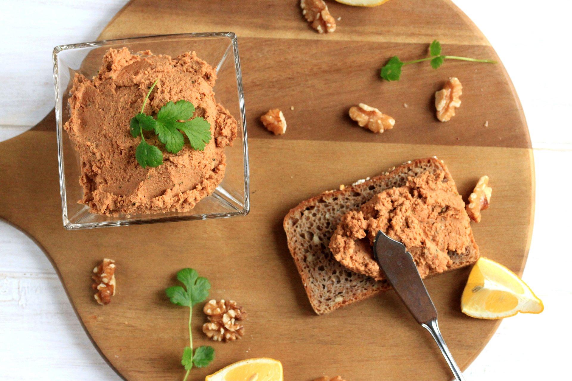 Wielkanoc: wegański pasztet z orzechami i chleb ze śliwką na zakwasie