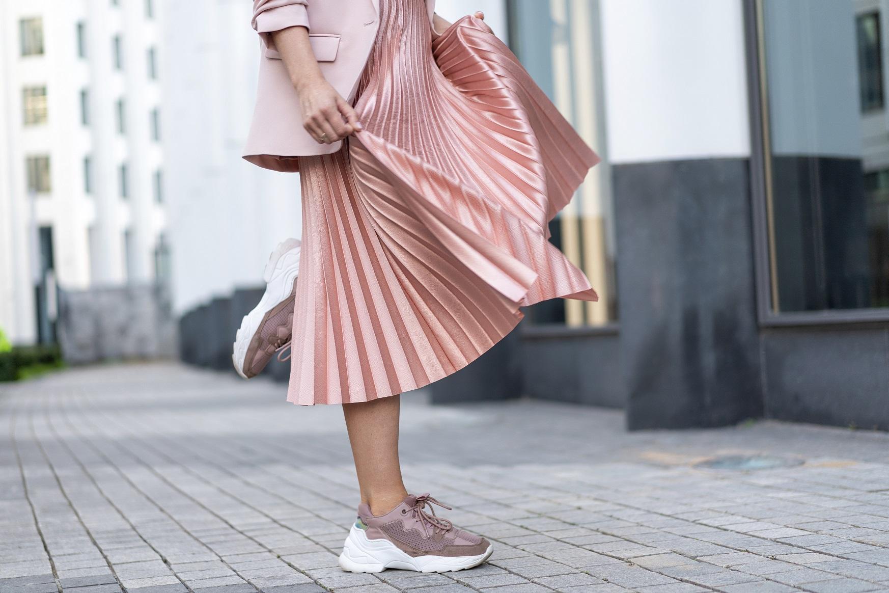 Jakie sneakersy wybrać do sukienki lub spódnicy?