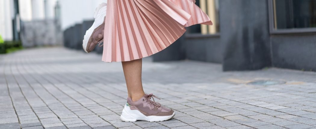Jakie sneakersy pasują do sukienki lub spódnicy