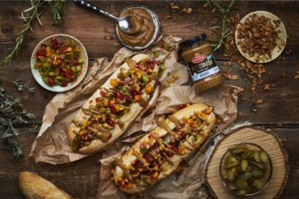 Domowe hot-dogi z relishem z kolorowych papryk