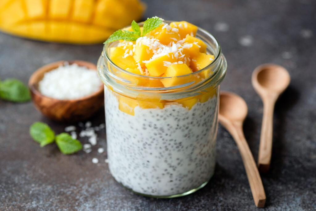 Deser bezglutenowy z nasionami chia i mango