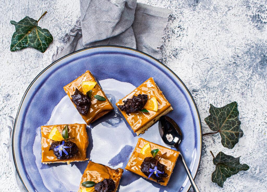 Mazurek z migdałami, karmelem i śliwkami w czekoladzie