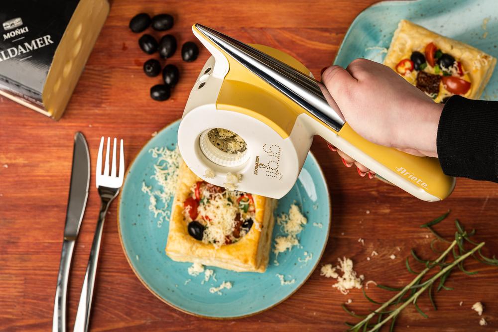 Sakiewki z ciasta francuskiego z jajkiem, serem aldamer