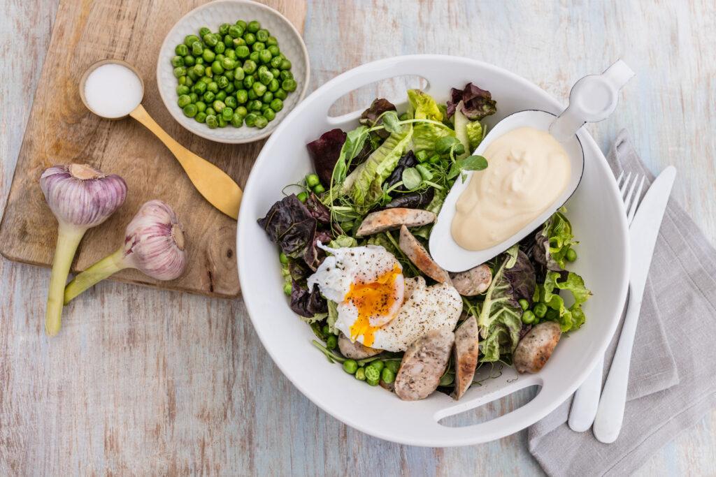Sałatka z białą kiełbasą, jajkiem i groszkiem
