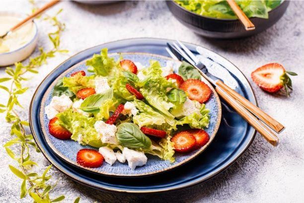 Sałatka z sałaty, truskawek i ricotty z bazylią