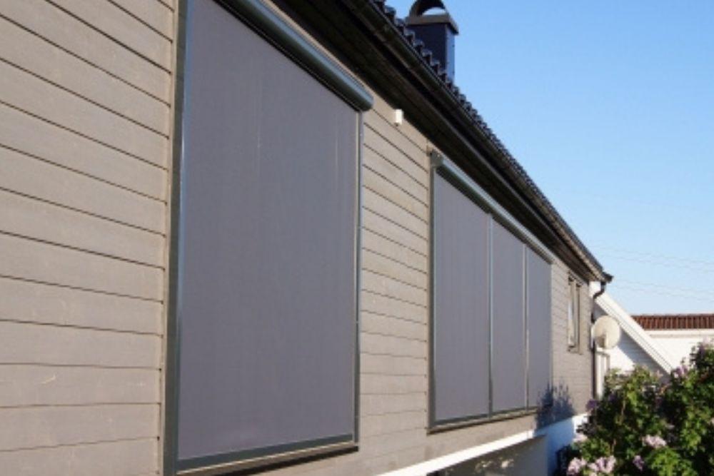 Jak ochronić dom przed nadmiernym słońcem w upalne lato?