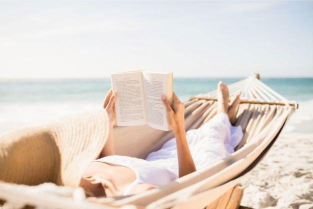 Co czytać w wakacje? Najlepsze książki na urlop