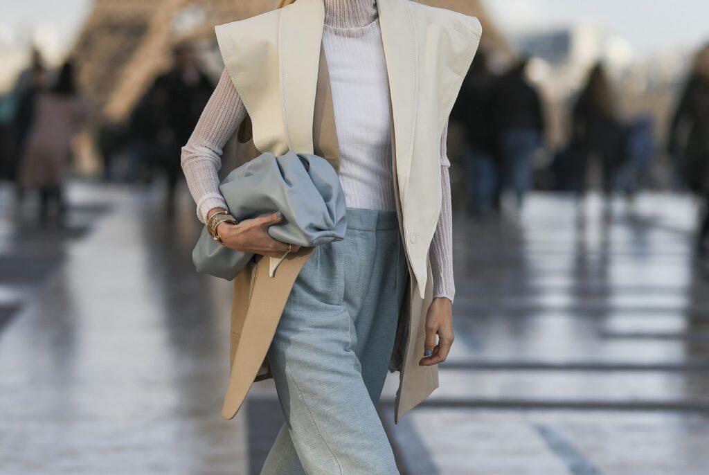 Kamizelka damska wełniana, czyli modny i praktyczny dodatek do jesiennej stylizacji. Sprawdź, jak ją nosić w tym sezonie!