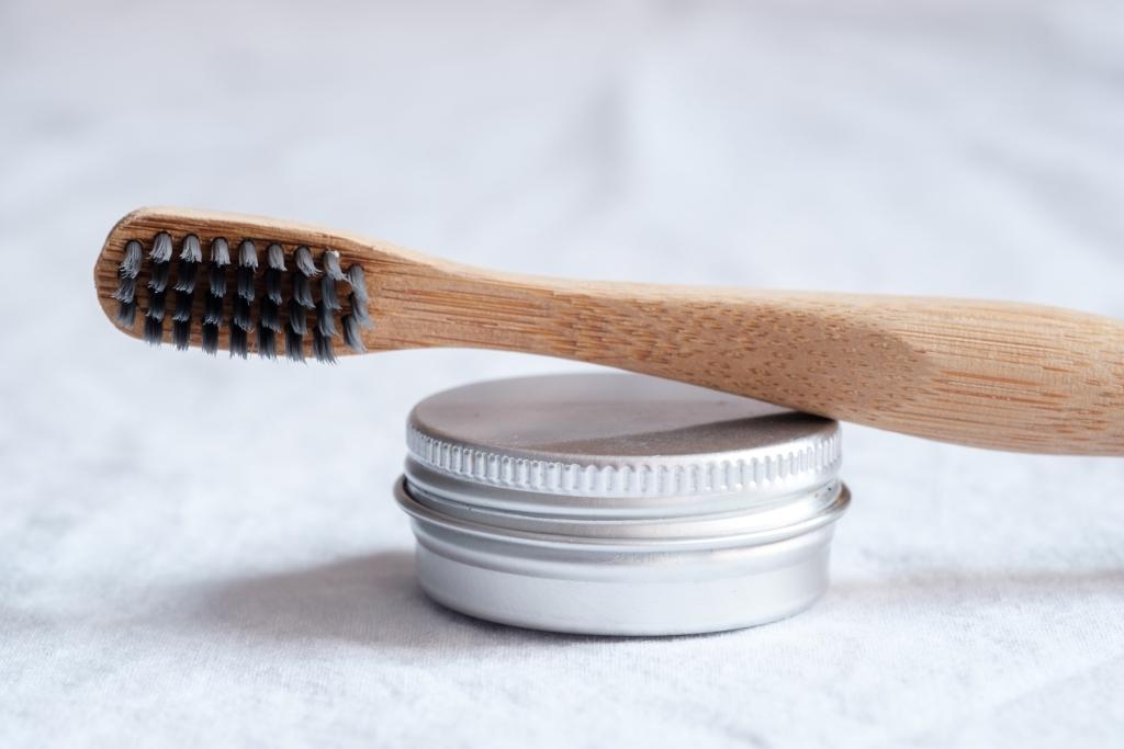 Węgiel aktywowany w higienie jamy ustnej – więcej szkody niż pożytku?